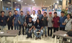 Hasanuddin Mas'ud saat foto bersma dengan mahasiswa asal Sulbar yang menuntut ilmu di Makassar