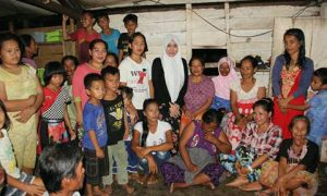 Tim Keluarga pasangan Jenderal Salim Mengga-Hasanuddin Mas'ud (SAHAM) di wakili oleh Nurfadiah Hasanuddin, mengunjungi puluhan warga disalah satu penghasil rumput laut di Desa Tadui