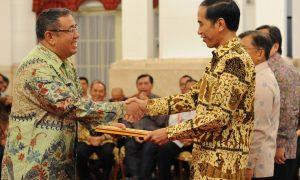 wali-kota-kendari-dr-asnan-saat-menerima-penghargaan-dari-presiden-ri